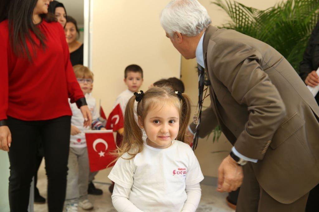 Özhan Çocuk Kulubü Atatürk'ü resimlerle andı